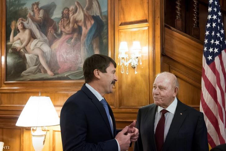 David B.Cornstein amerikai nagykövet és Áder János köztársasági elnök beszélget a budapesti amerikai nagyköveti rezidencián 2018. november 19-én.