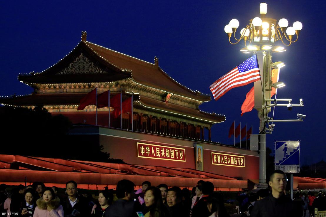 Amerikai és kínai zászló Pekingben 2017. november 8-án.