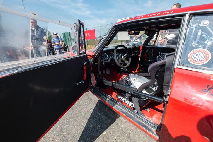 Még egy olyan átlagosabb autóban, mint ez az Alfa GT is méregdrágák a versenycuccok