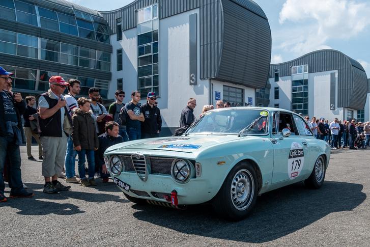 Magny-Cours a bokszutca mögött. És egy korai Alfa GT