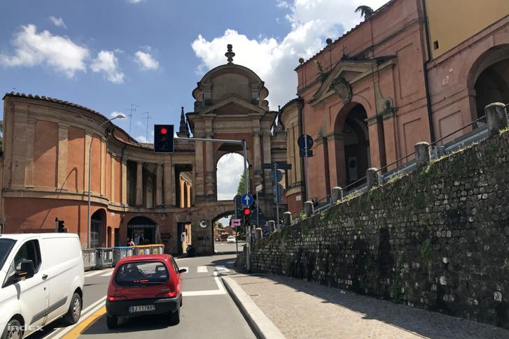 Igen, a lámpa után ott rögtön jobbra felfelé, az a Via San Luca