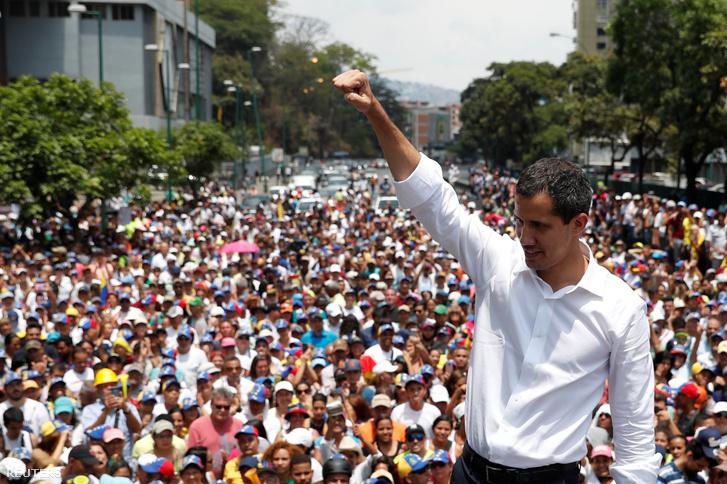 A venezuelai elnök elleni tüntetésen Juan Guaido beszél támogatóihoz 2019. május 1-én Caracasban