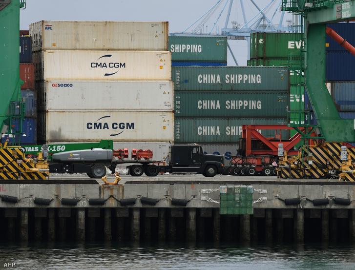 Egy kínai konténerszállító hajó rakománya a californiai Long Beach kikötőjében, 2019. május 10-én