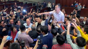 Verekedésbe torkollott egy törvénytervezet a hongkongi parlamentben