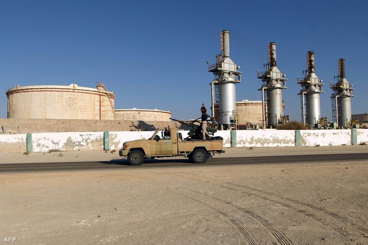 A líbiai egységkormánnyal szembenálló katonai erők a Zueitinában lévő olajterminál előtt 2016. szeptember 14-én