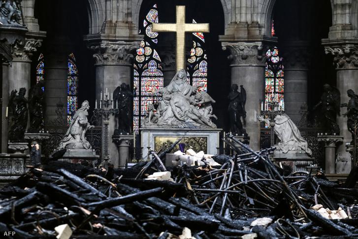 A képre kattintva galéria nyílik: megnézheti mekkora pusztítást végzett a tűz a Notre-Dame belsejében