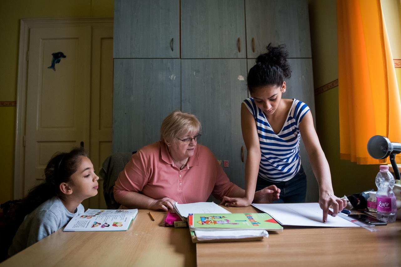 Bár gyakran cserélődnek a lakók, az átmeneti otthon mégis egy családi házra hasonlít. Négyen dolgoznak több műszakban a gyerekek mellett, és a főzést leszámítva szinte ugyanazokat a feladatokat végzik, mint otthon a szülők, csak éppenséggel több gyerekre kell odafigyelniük, mint egy átlagos családban. Reggel elindítják iskolába és óvodába a gyerekeket, napközben mosnak, takarítanak, éjszaka pedig ruhákat válogatnak, és rendet raknak a házban. Közben persze folyamatos a szakmai konzultáció is, hogy melyik gyereknek mire van szüksége, és hogyan lehetne segíteni a fejlődését.
