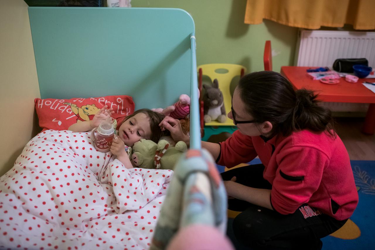 Viktória 2017 decemberében került az átmeneti otthonba, amikor még két éves se volt. Édesanyjának alkoholproblémái voltak, és mivel ő egyedül nevelte a lányát, a nagyszülők pedig már meghaltak, külső segítségre szorult.                                                     Erzsébet elkezdte a terápiát, ez idő alatt két hetente láthatta a lányát. Havonta egyszer ő látogatta meg az otthont és ilyenkor egy napot töltött Vikivel, a másik alkalommal pedig péntektől hétfőig nála volt a kislány a rehabilitációs központban Dunaharasztiban.