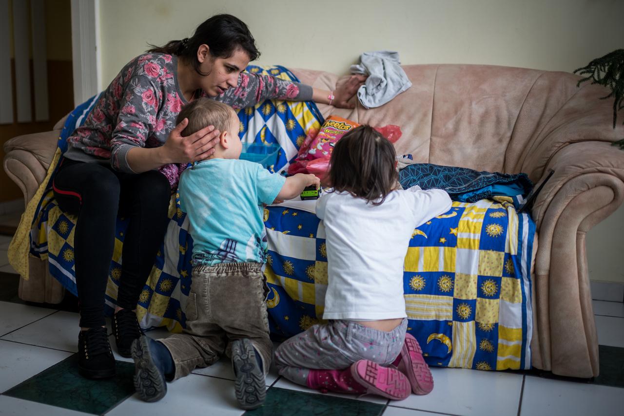"""Ricsi és Dorina két éve kerültek nevelőszülőkhöz, miután apukájuk bántalmazta az édesanyjukat, és az anyuka keresetéből nem tudott hármuknak új otthont biztosítani. Kéthetente láthatják édesanyjukat a Fészek kőbányai központjában, ezek mindig nagyon érzelmes pillanatok. A 23 éves anyuka már jóval tíz óra előtt ott várja, hogy megérkezzenek a gyerekek a nevelőszülőkkel, aztán másfél órájuk van, hogy együtt legyenek és játszanak, beszélgessenek. """"Erre nem lehet felkészülni érzelmileg. Mindig megígérem magamnak, hogy nem sírok, aztán nem sikerül."""" – meséli. Albérletre gyűjt, és abban bízik, hogy néhány hónap múlva sikerül ez neki, és végre hazaviheti a gyermekeit.                          Csipák Péterné azt mondja, borzasztó trauma mindenki számára, amikor el kell szakítani egy gyereket az anyukájától, ezért a szülők szakemberi, tanácsadói segítséget is kérhetnek, hogy ezek a rövid találkozások jól sikerüljenek."""