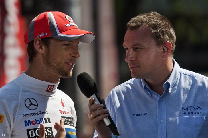 Jenson Button, a Forma-1-es McLaren brit pilótája (b) interjút ad Szujó Zoltánnak