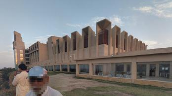 Fegyveresek támadtak egy ötcsillagos szállodára Pakisztánban, legalább egy ember meghalt