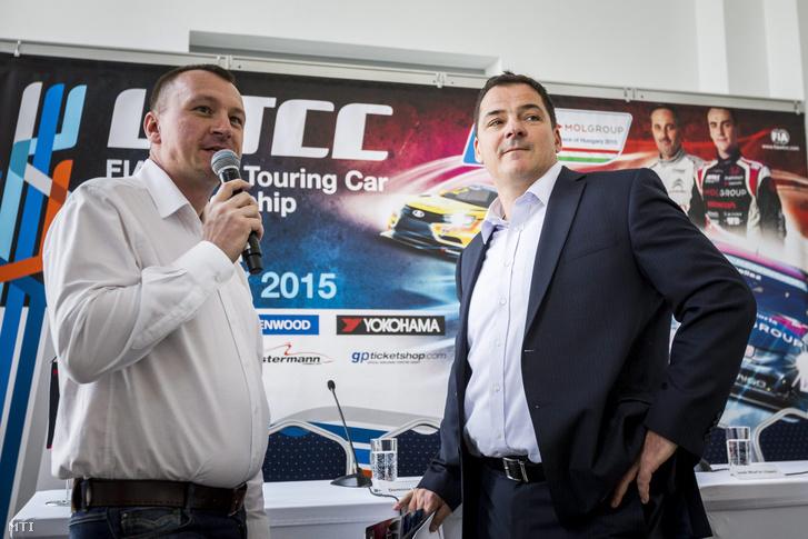 Szujó Zoltán televíziós szakkommentátor (b) és Gyulay Zsolt, a Hungaroring Sport Zrt. elnök-vezérigazgatója a túraautó-világbajnokság (WTCC) magyarországi versenyhétvégéjéről tartott sajtótájékoztatón a Várkert Bazárban 2015. április 30-án.