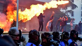 Megrohamozták a parlamentet, Molotov-koktélokkal támadtak a tüntetők Albániában