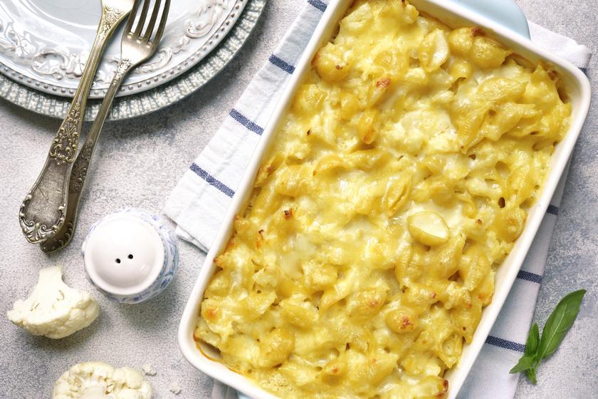 Extra sajtos, tejszínes, karfiolos tészta 40 perc alatt: krémes fogás a sütőből