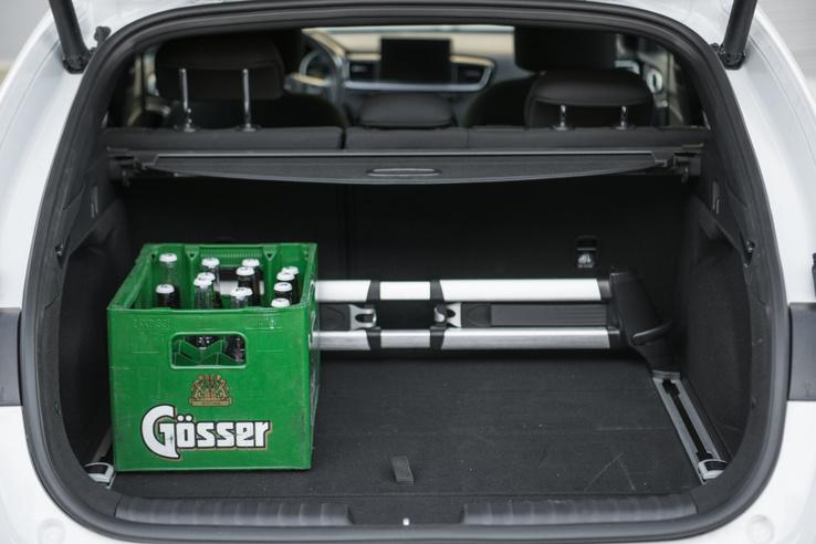 594 liter, persze sörből nem fér be annyi