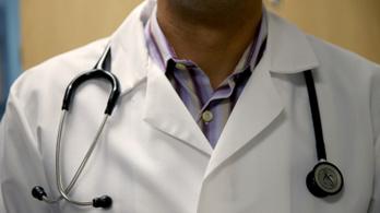 Beosztottja nőgyógyászati adatai között kutakodott az orvos