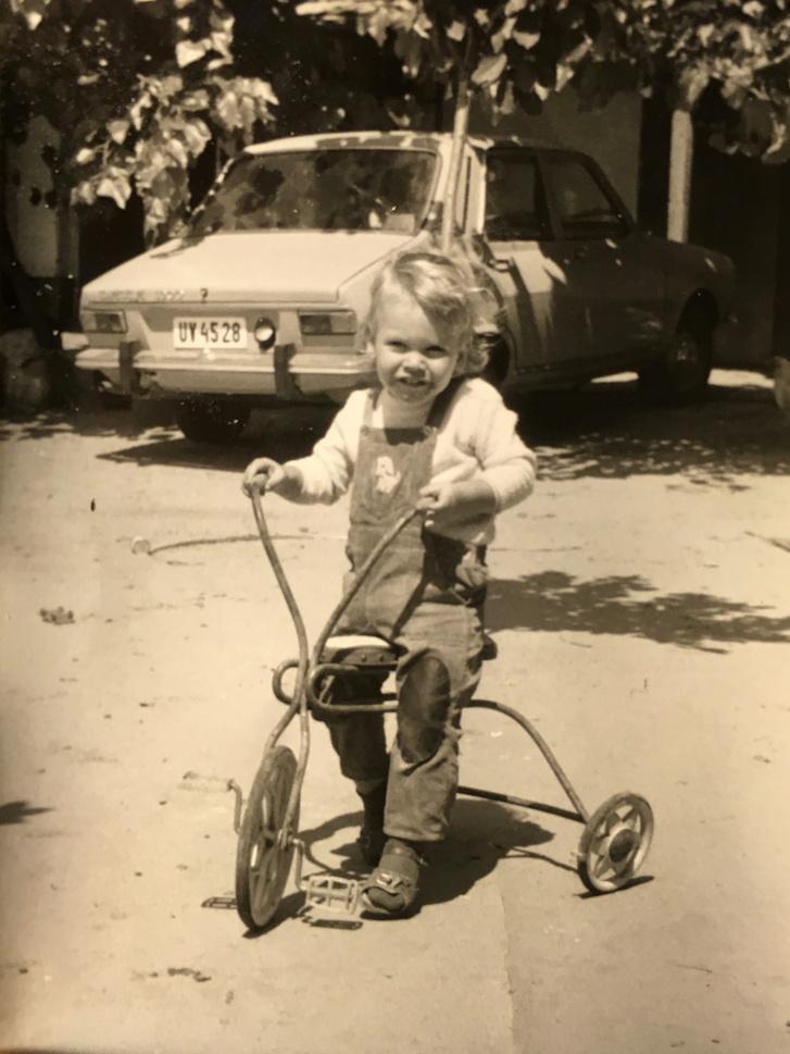 Ez a kocsi az első, amire emlékszem (a betétkönyvön nyert nagy Polszkit hamar eladták az ősök, pár évesen porladt). A Dacia, ha darabokban is, de megvan, a majomkapaszkodós tricikli már a sokadik beolvasztásán is túl lehet