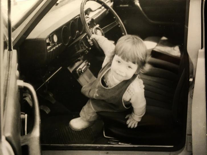 1975-ben, amikor a Dacia 1300-ast vették apámék, még nem számított korszerűtlen típusnak, az alapjául szolgáló Renault 12-t még bőven gyártották a franciák. Meg a törökök és a portugálok, az ausztrálok, meg még vagy 10 országban. Itt épp öcsém markolja a patentos bőr huzatba csomagolt kormányt. Sajnos az ülések már nem ilyen feszesek, mint bő negyven évvel ezelőtt
