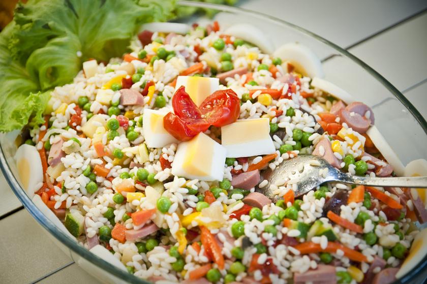 Zöldséges rizssaláta az idény kedvenceivel: maradékból is tökéletes