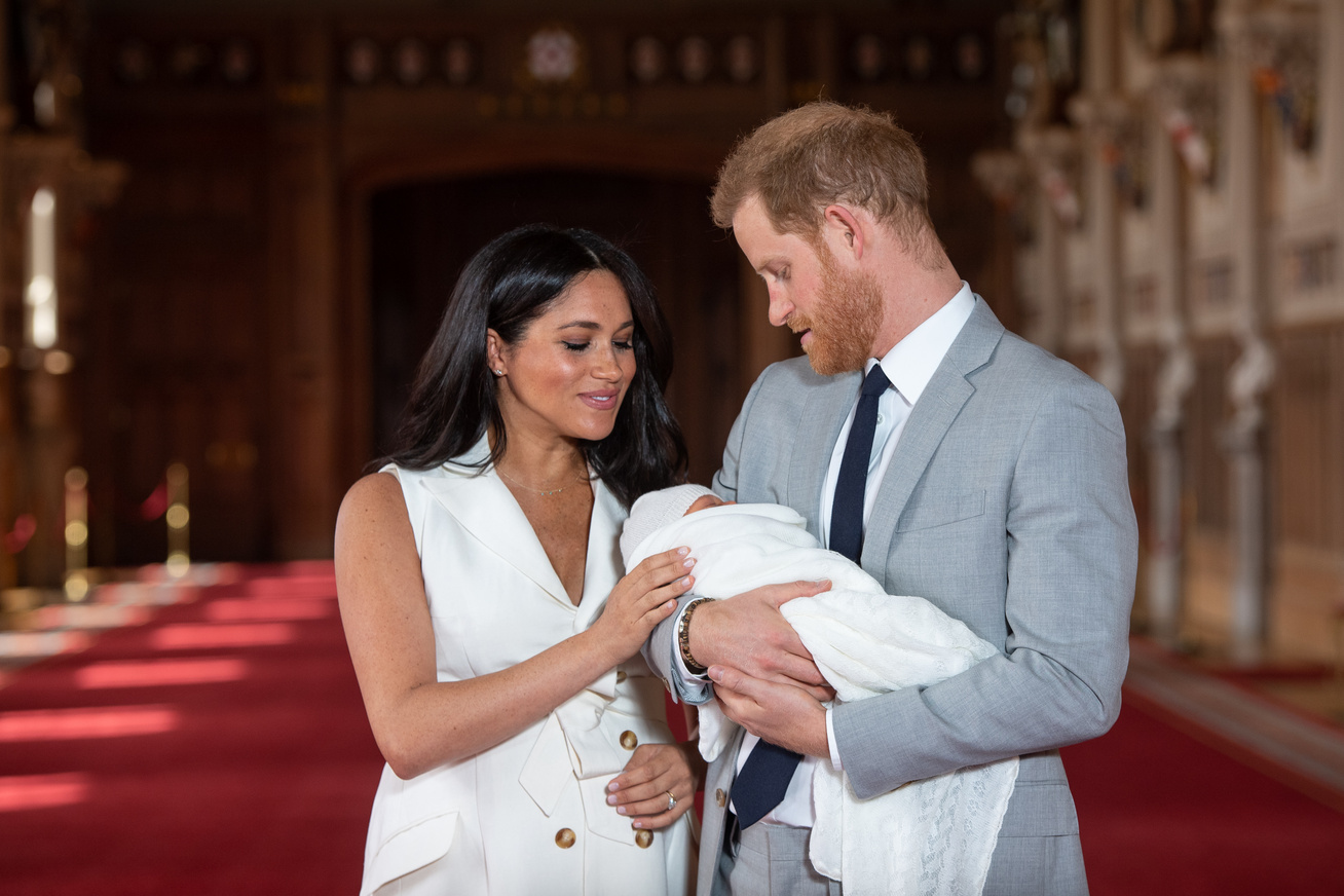 meghan-hercegne-harry-herceg-babafoto-anyak-napja-cover