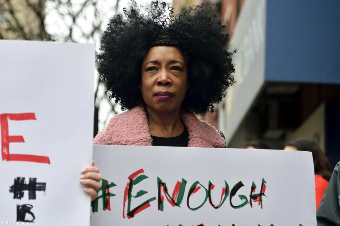 A philadelphiai Starbucksban történt letartóztatás után tüntetést szerveztek az üzlet elé a rasszizmus megfékezésére 2018. április 15-én.