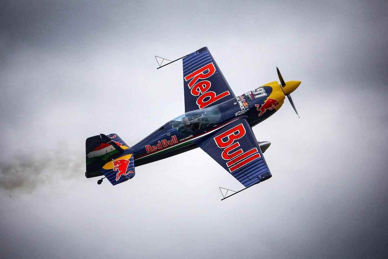 Az immár hagyományos légibemutatót ezúttal Bessenyei Péter tartotta, így is próbálta feledtetni a kilátogató, mindenre elszánt nézőkkel, hogy lassan minden beléjük fagyott szurkolás közben.