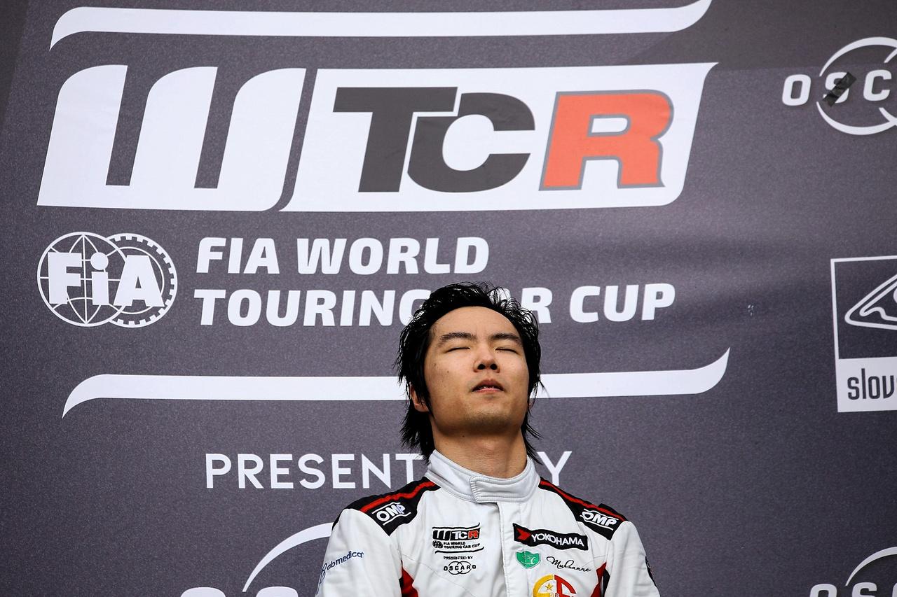Ma Csing-Hua rendesen meghatottan hallgatta a himnuszt, miután élete első futamgyőzelmét aratta a WTCR-ben.