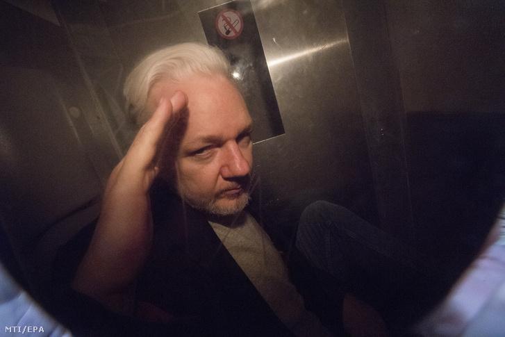 Julian Assange, a WikiLeaks oknyomozó internetes portál alapítója rabszállító autóban bírósági meghallgatása után Londonban 2019. május 1-jén.