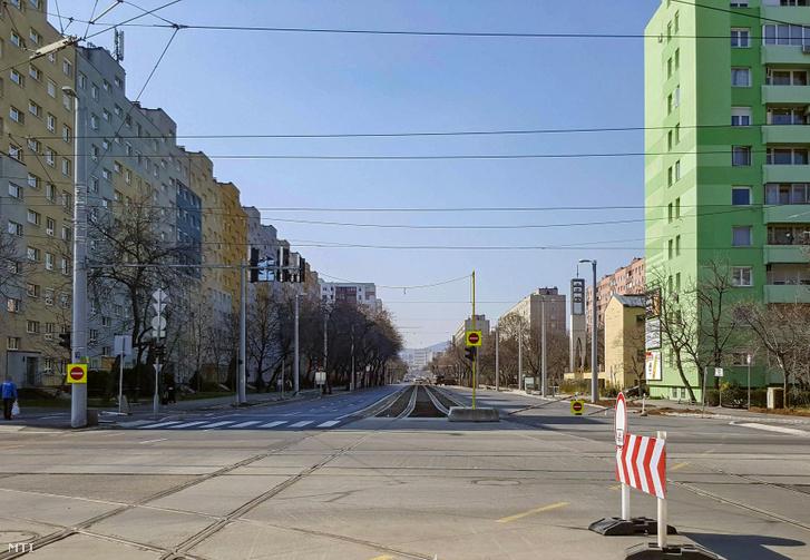 Az 1-es villamos számára épülő sínek az Etele úton, a Fehérvári útnál.
