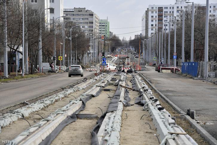A villamosvágányok nyomvonalának építési munkálatai a XI. kerületi Etele úton 2019. január 2-án. A munkálatok során az 1-es villamos vonalát az Etele út-Fehérvári út kereszteződésétől az Etele térig hosszabbítják meg.