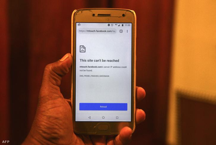 A képen látható, hogy a mobil böngésző nem tud csatlakozni a Facebookhoz a Srí Lanka-i teljes szociális háló leállítása után, Colombóban, 2019. május 13-án.