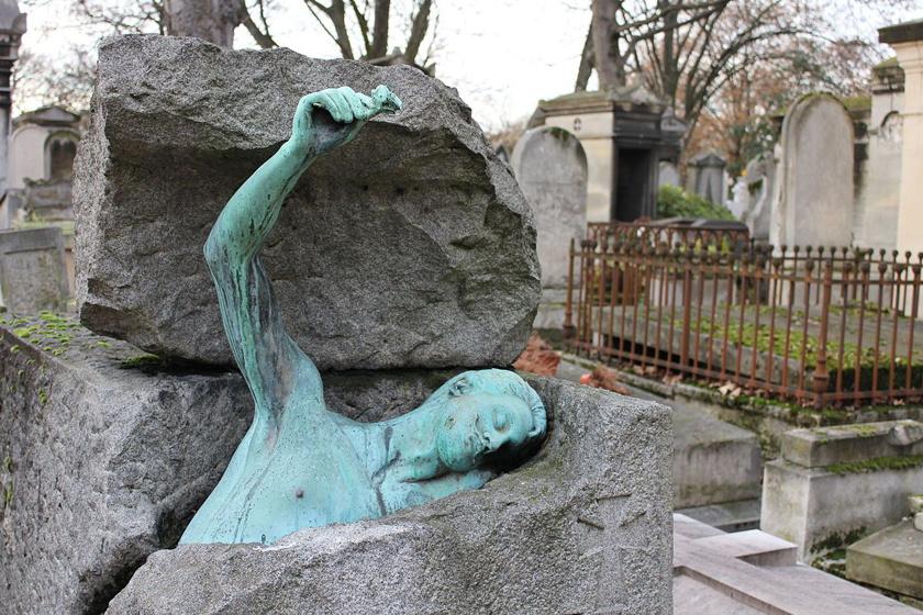 Georges Rodenbach belga költő halála után Charlotte Dubray, francia szobrásznő készítette ezt a furcsa és kissé ijesztő szobrot. Az még a műértők előtt sem világos, hogy Rodenbach felemelkedik koporsójából, vagy éppen lefelé tart a sírba.