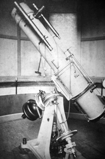 """26/196 cm-es Browning-With reflektor és tartozékai: 39/250 mm-es Voigtlander-euriszkópos asztrokamera, 2/24""""-es Browning-vezető távcső, 2.25/27""""-es Steinheil-objektíves vezető távcső (1885)"""