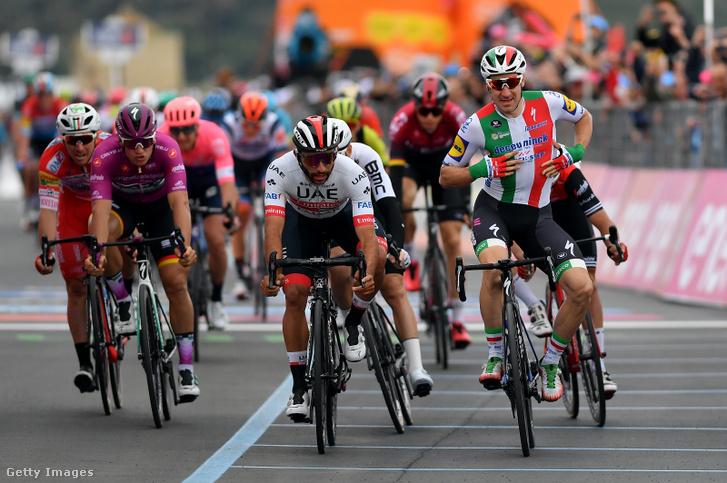 Elia Viviani ünnepel a Giro d'Italia 3. szakaszának befutójánál, de később megfosztották győzelmétől, és azt Fernando Gaviria (balra) kapta meg