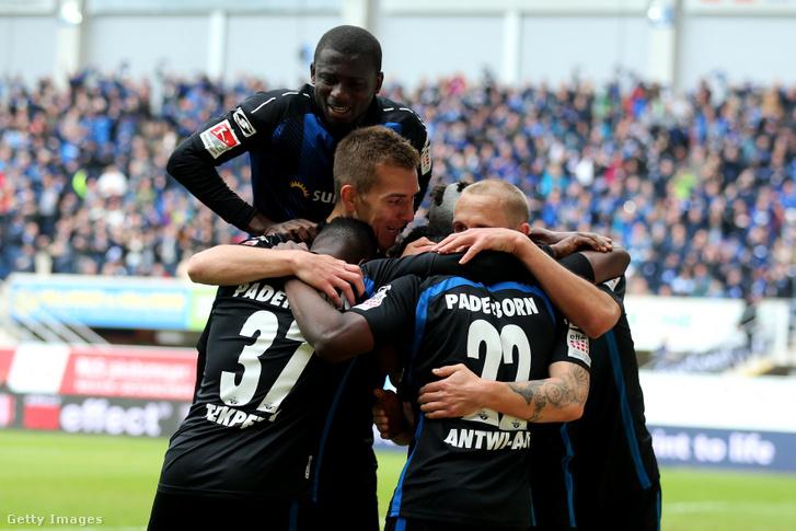 Christopher Abntwi-Adjei és csapattársai ünnepelnek az SC Paderborn 07 - Hamburger SV mérkőzésen 2019. május 12-én.
