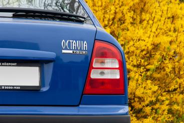 A Tour-felirat utal arra, hogy a II-es Octavia mellett forgalmazták még az I-est is. Mint az Opel Astránál a Classic