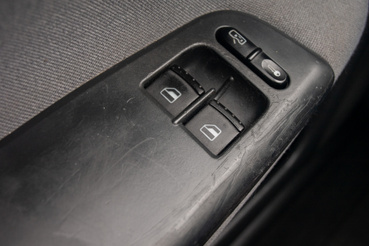 A villanyablak gombjai körül és az ajtóbehúzón a soft touch bevonat már mállik