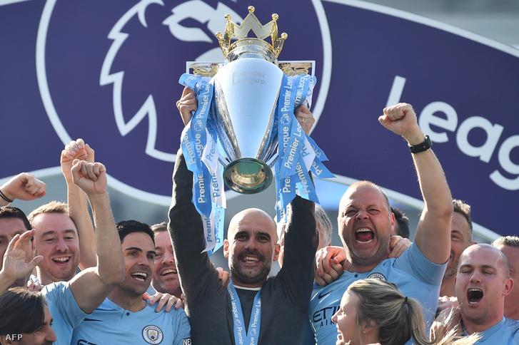 Pep Guardiola ManCity-edző a vasárnap megnyert PL-serleggel