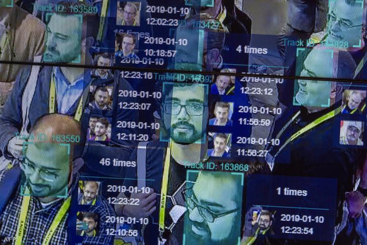 Élő bemutatón egy mesterséges intelligenciát és arcfelismerést nagy tömegben használó technológia a Horizon Robotics kiállításon a Las Vegas-i Konferencia Központban 2019. januárjában, CES-en.