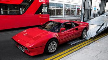 Elvitte tesztvezetésre a Ferrarit, majd ellopta, csak azt felejtette el, hogy előtte beállt egy fotóra