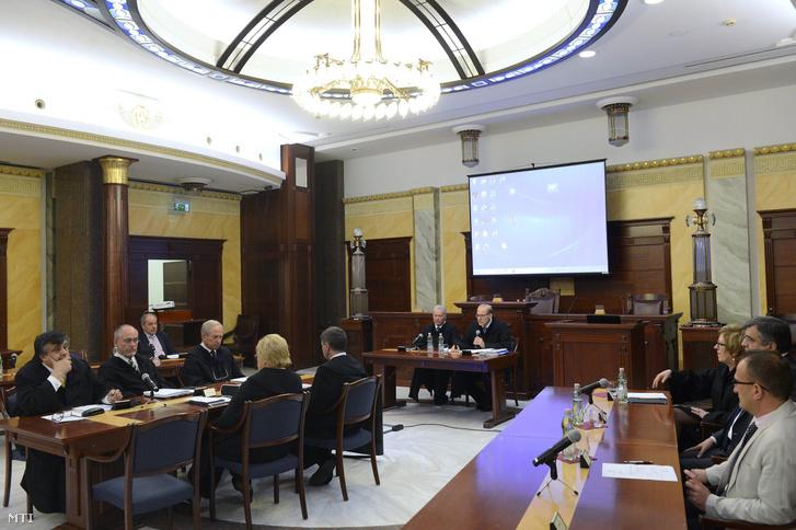 Darák Péter, a Kúria elnöke (középen jobbról) beszédet mond a testület ülésén a Kúria dísztermében 2017. október 16-án. Mellette balról Kónya István elnökhelyettes.
