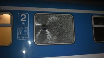 Terméskővel dobták be egy InterCity ablakát Szolnoknál