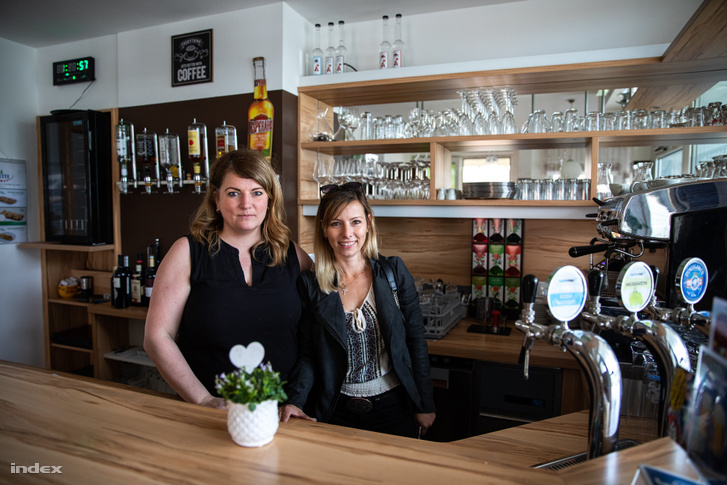 Viki (j) és üzlettársa Patrícia (b) a kávézójuk pultjában