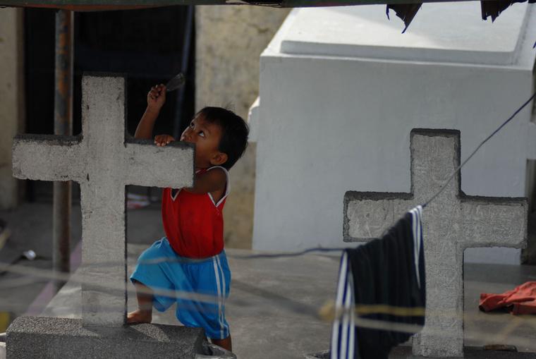 Még a kisgyerekek is játszi természetességgel mászkálnak a síroknál, szinte játékként élik meg, hogy milyen bizarr helyen laknak