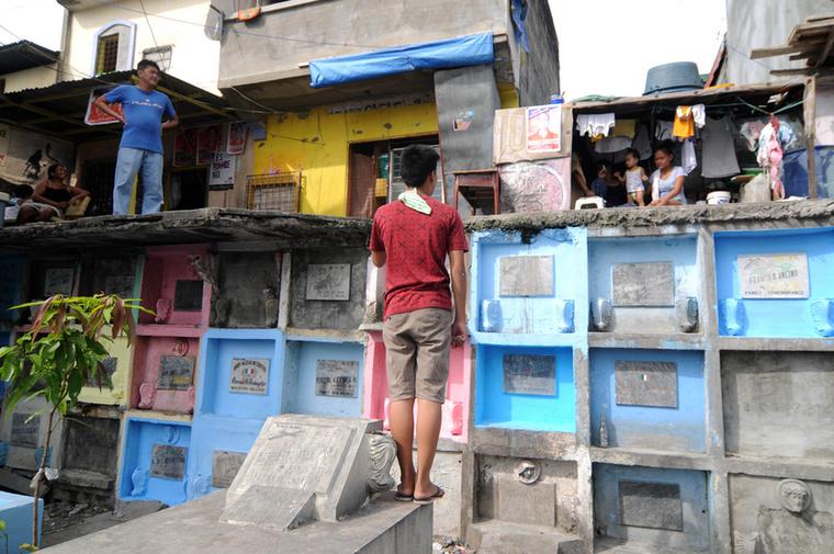 ...a köztük lévő üres négyzet-centimétereket pedig ügyesen kihasználják a lakosok, teljesen belakva a teret