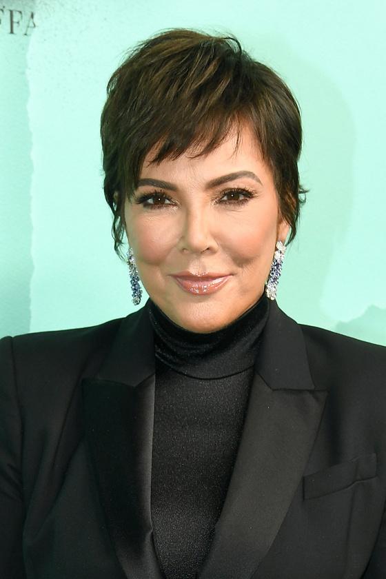 Kris Jenner felül tépett, kissé kócos hatású pixie frizurája nemcsak fiatalos, de hosszúkásabbnak is láttatja az arcot. Az oldalra fésült frufru pedig aszimmetriájával megtöri a kerek fejformát.