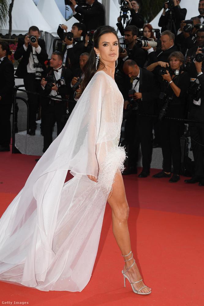 Alessandra Ambrosio szupermodell direktben csak a lábát mutatta meg, de azért a többit is elég jól lehet sejteni ebben a ruhában.