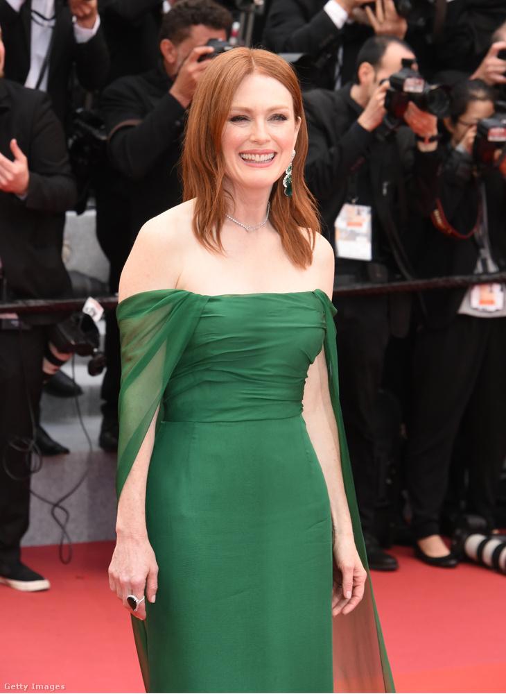 Julianne Moore jól tudja, hogy a vörös hajhoz nagyon jól áll a mélyzöld, különösebb sokkot ő sem okozott ezzel a ruhával