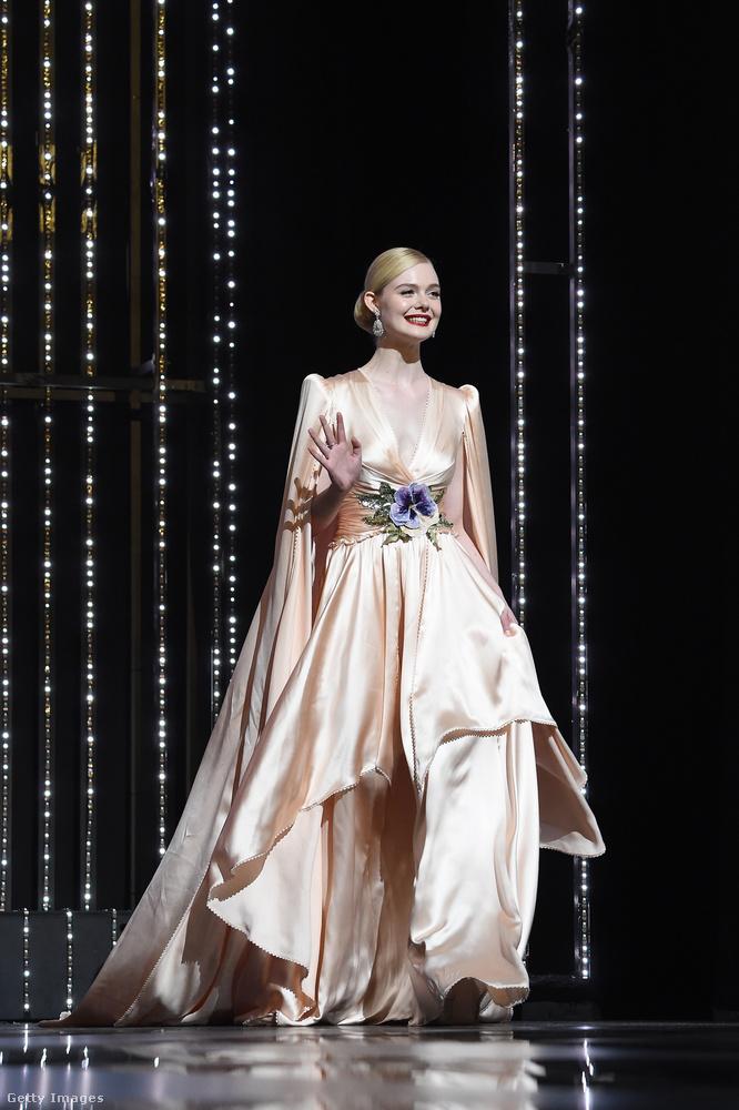 Elle Fanning nem az a mellkidobós típus, a filmfesztivál zsűrijének tagjaként a rá jellemző királykisasszonyos stílusban vonult be.