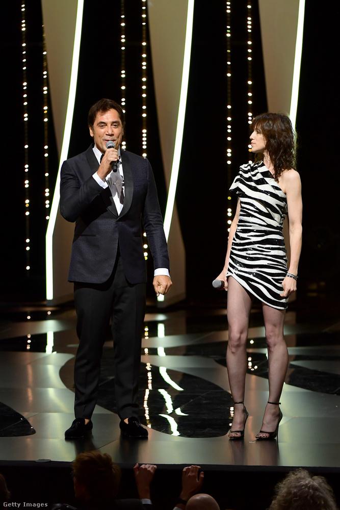 Itt Javier Bardem mellett Charlotte Gainsbourg áll egy zebramintás és egyben rettenetesen rövid ruhában